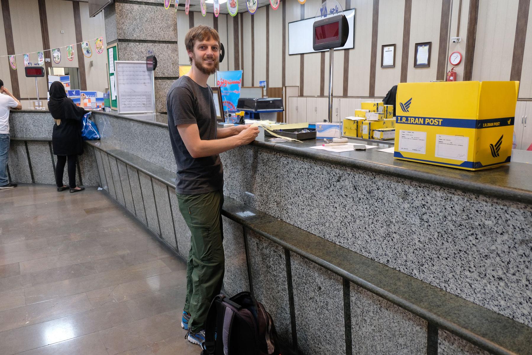 Sebastian am Schalter eines Teheraner Postamts