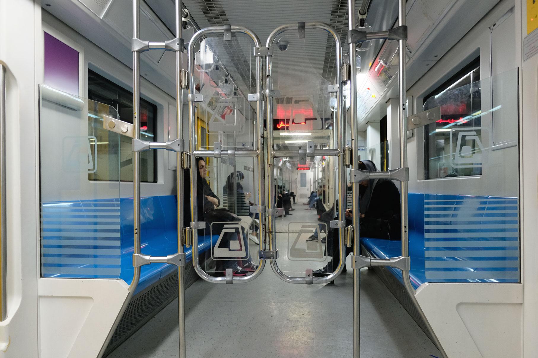 Ein Trenngitter in einem U-Bahnwagon
