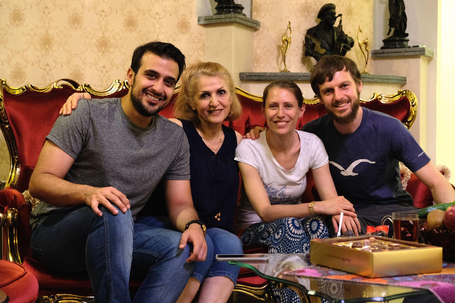 Mahbod, Mahrokh, Leo und Sebastian sitzen auf einem Sofa