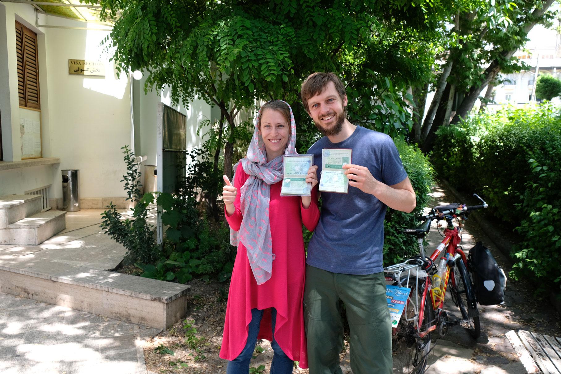 Leo und Sebastian zeigen ihre Reisepässe, in denen ein Visum für Turkmenistan eingeklebt ist