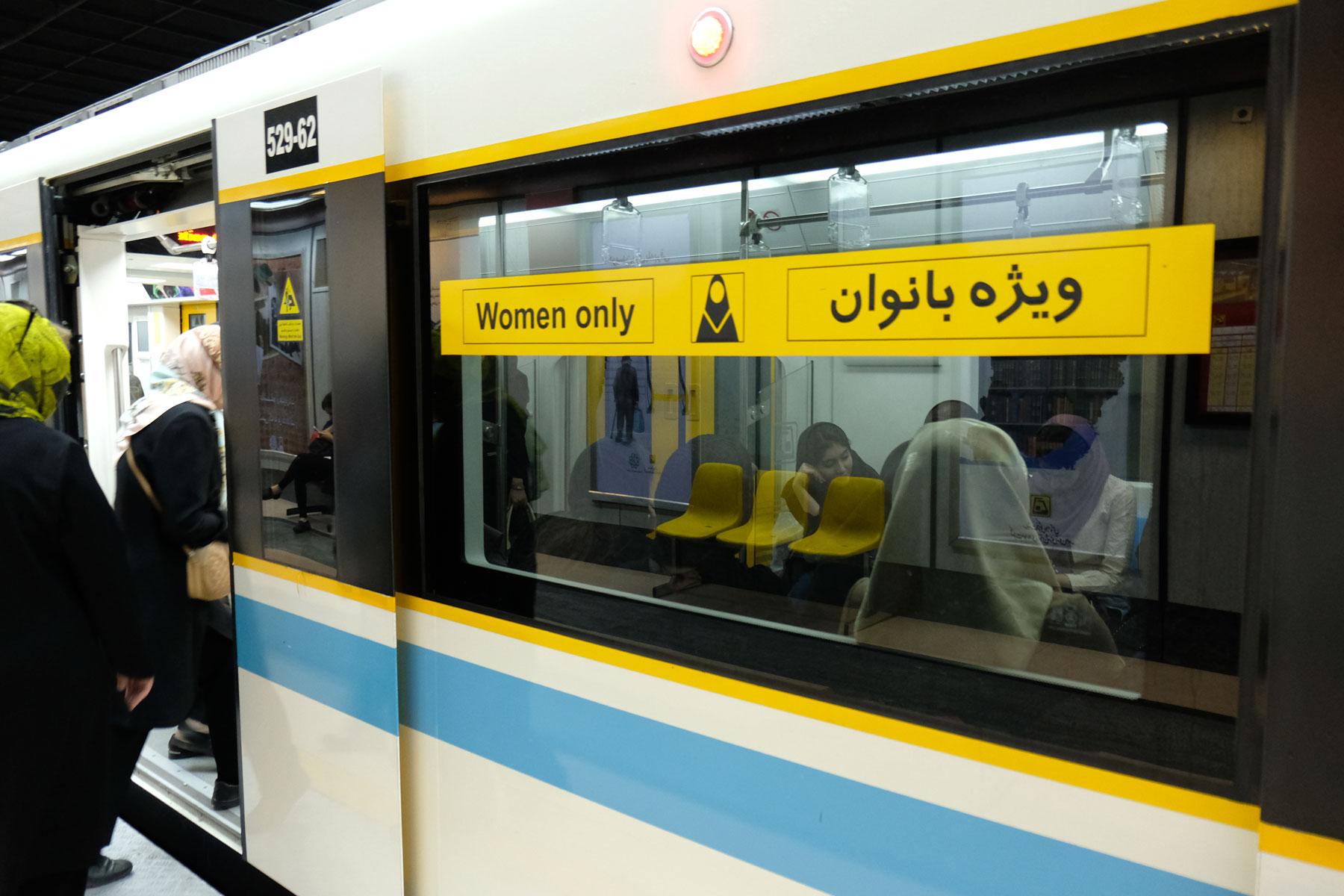 Ein U-Bahnwagon mit einem Hinweisschild, dass nur Frauen mitfahren dürfen