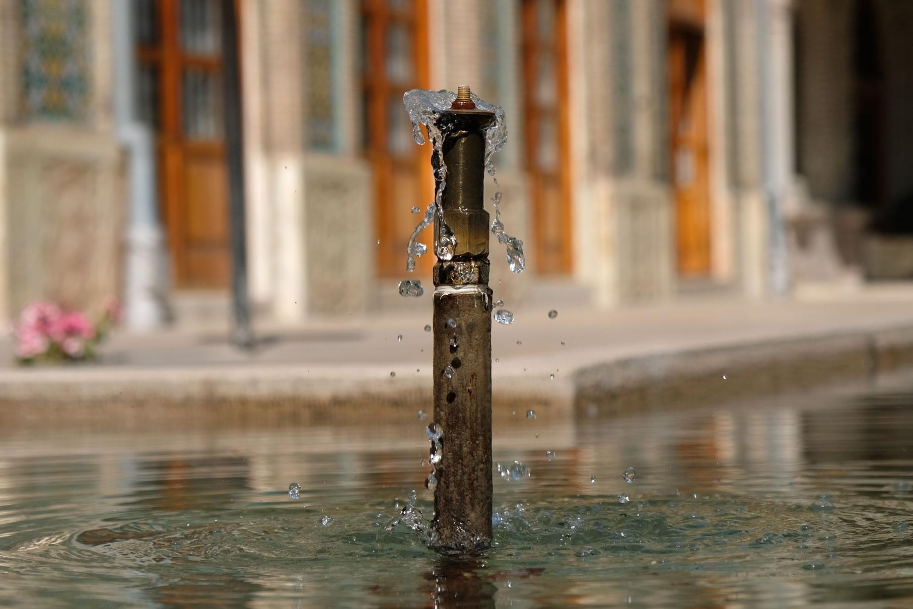 Ein Springbrunnen in einem Teich