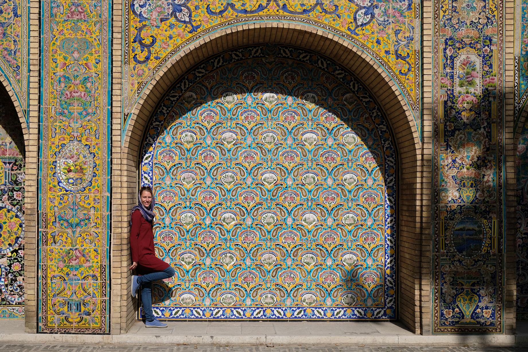 Leo vor einer Wand aus Mosaik