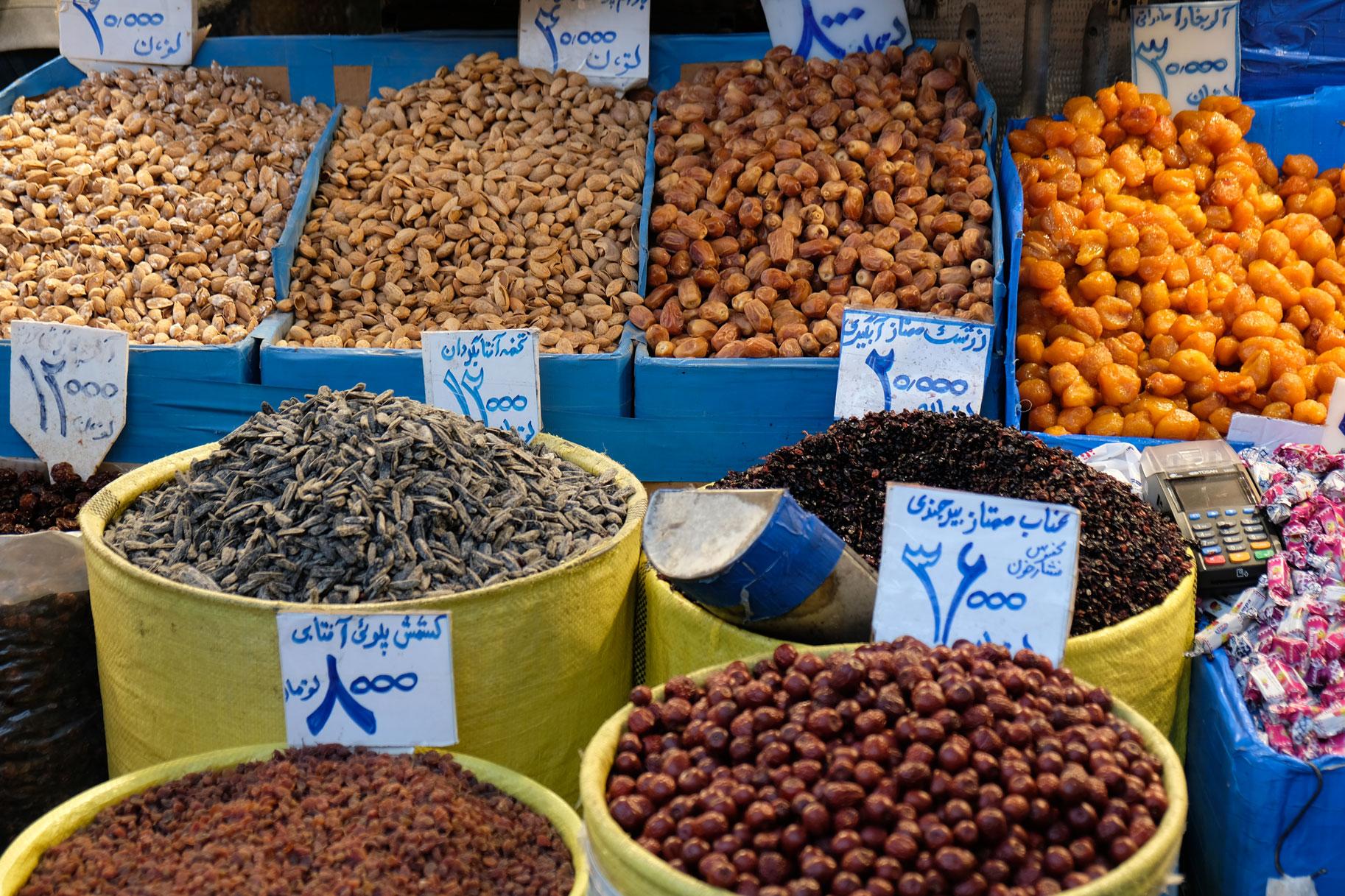 Marktstand mit Datteln und Rosinen