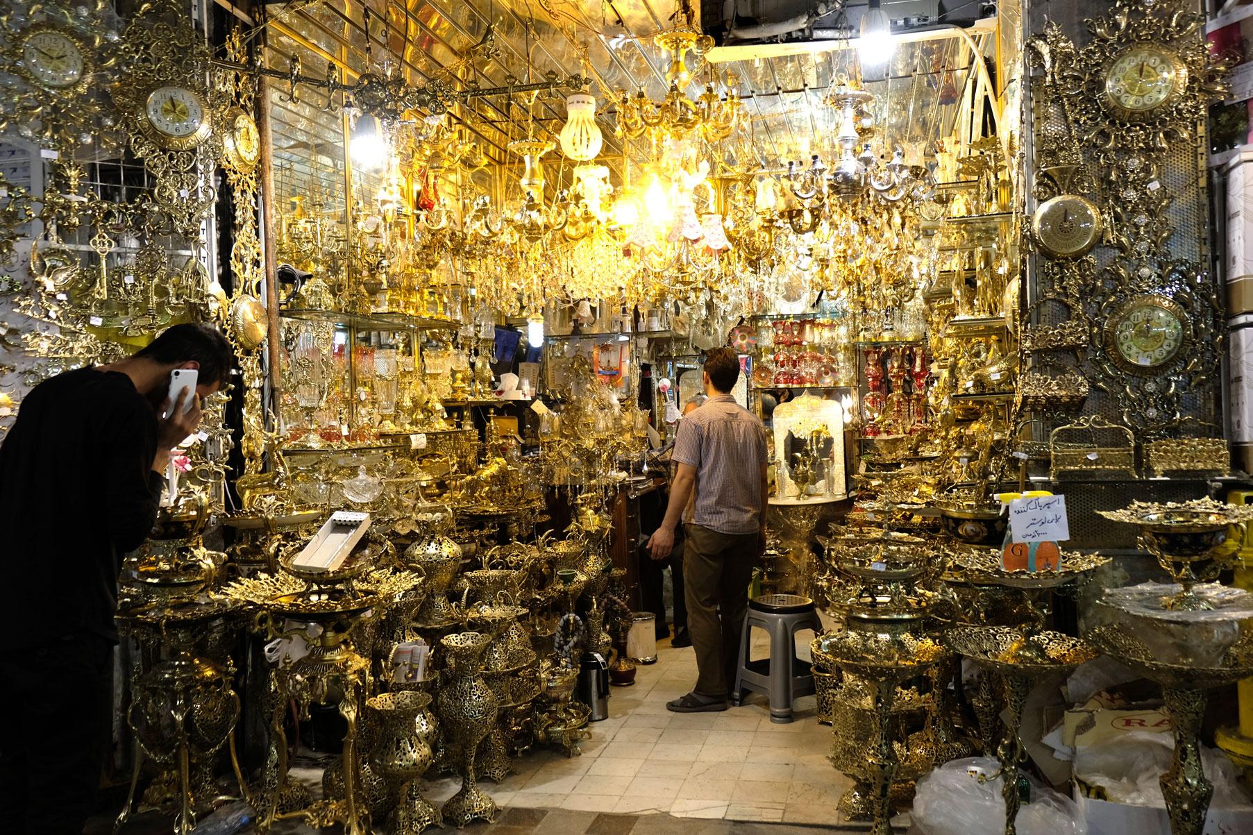 Ein Marktstand, der Lampen verkauft