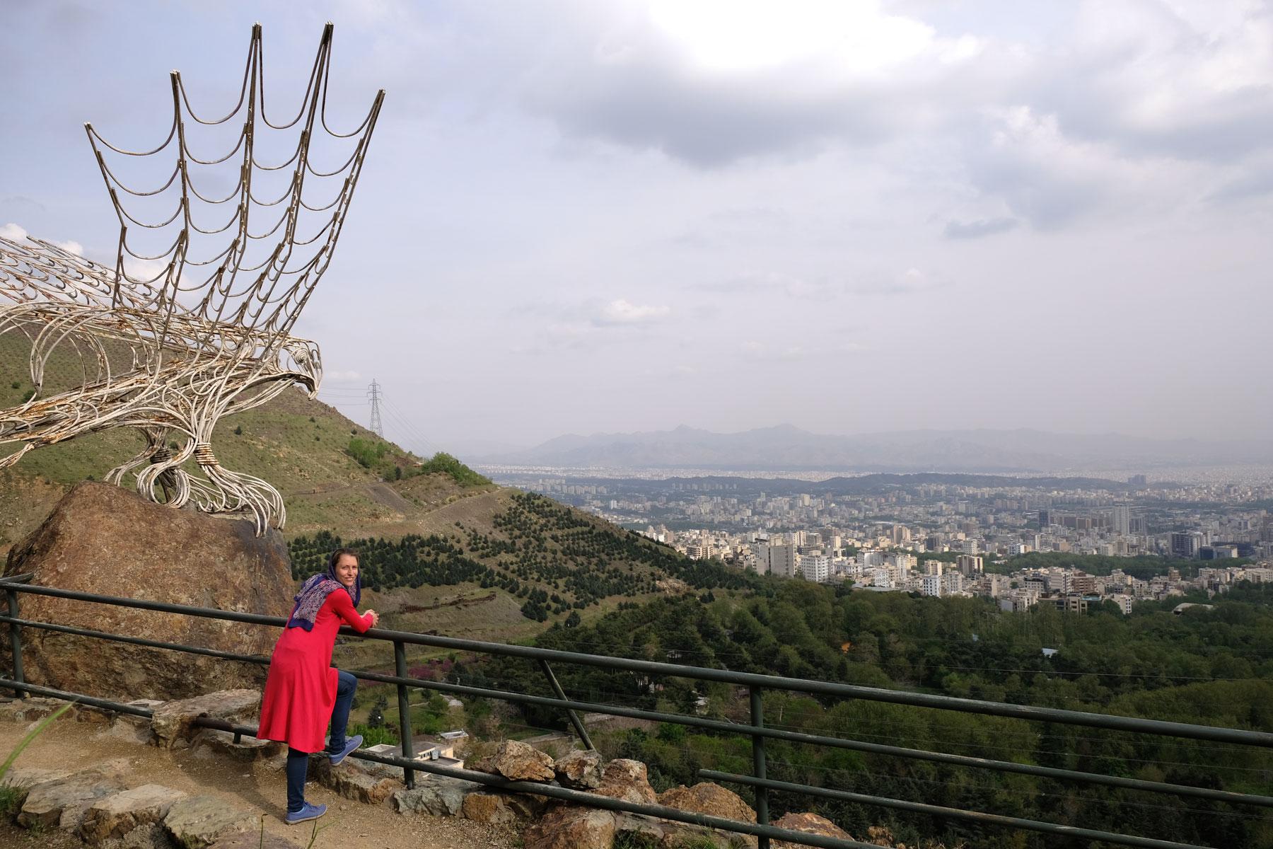 Leo steht an einem Geländer und schaut hinunter nach Teheran