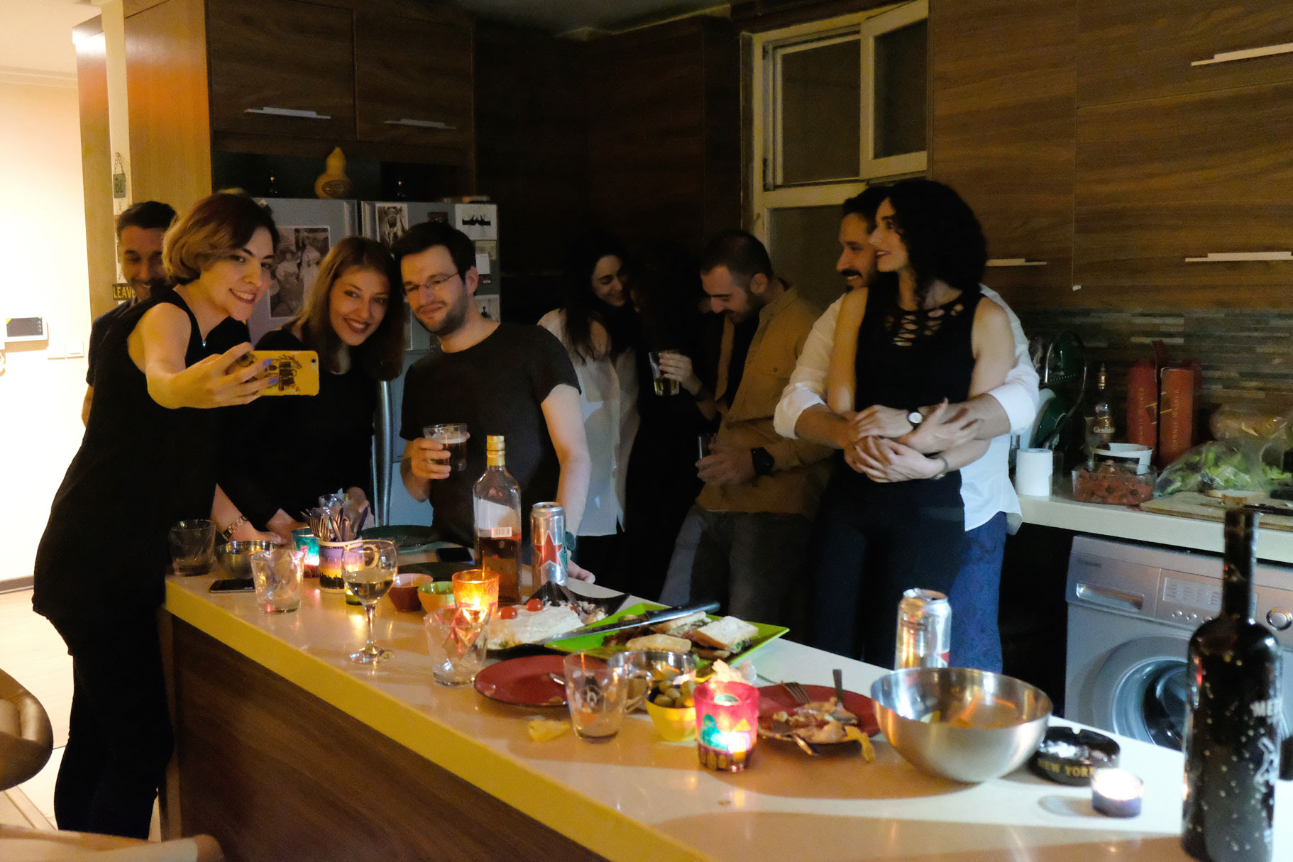 Junge Menschen bei einer Hausparty