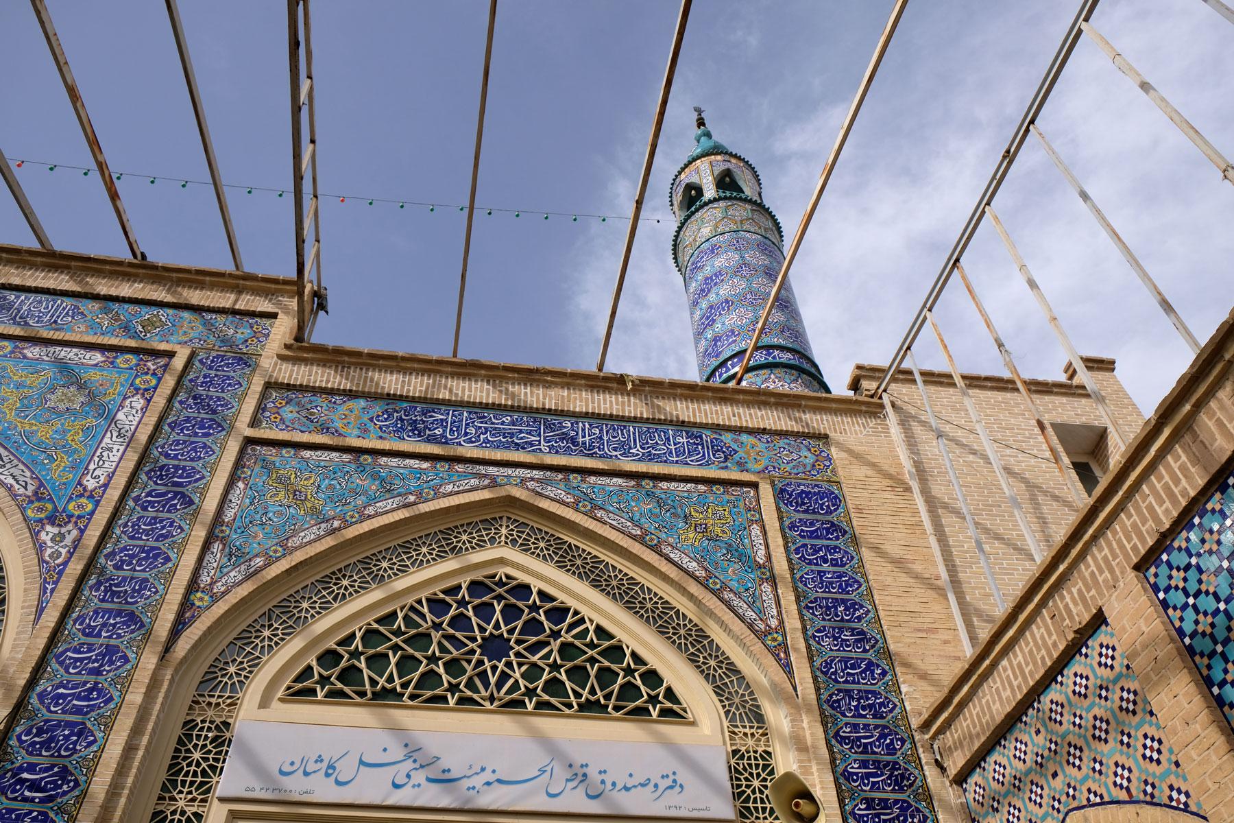 Moschee, die mit blauen Fliesen verziert ist