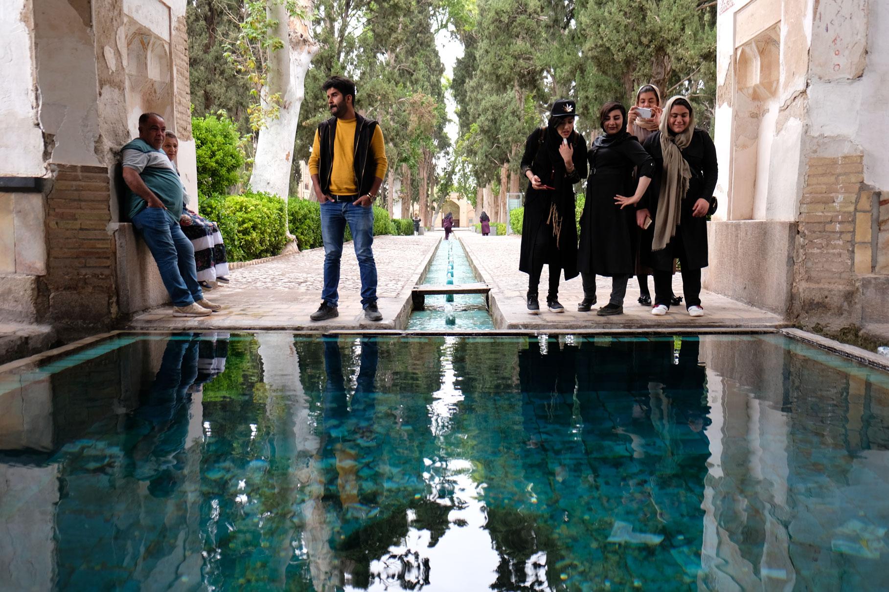 Junge Menschen im Bāgh-e Fin