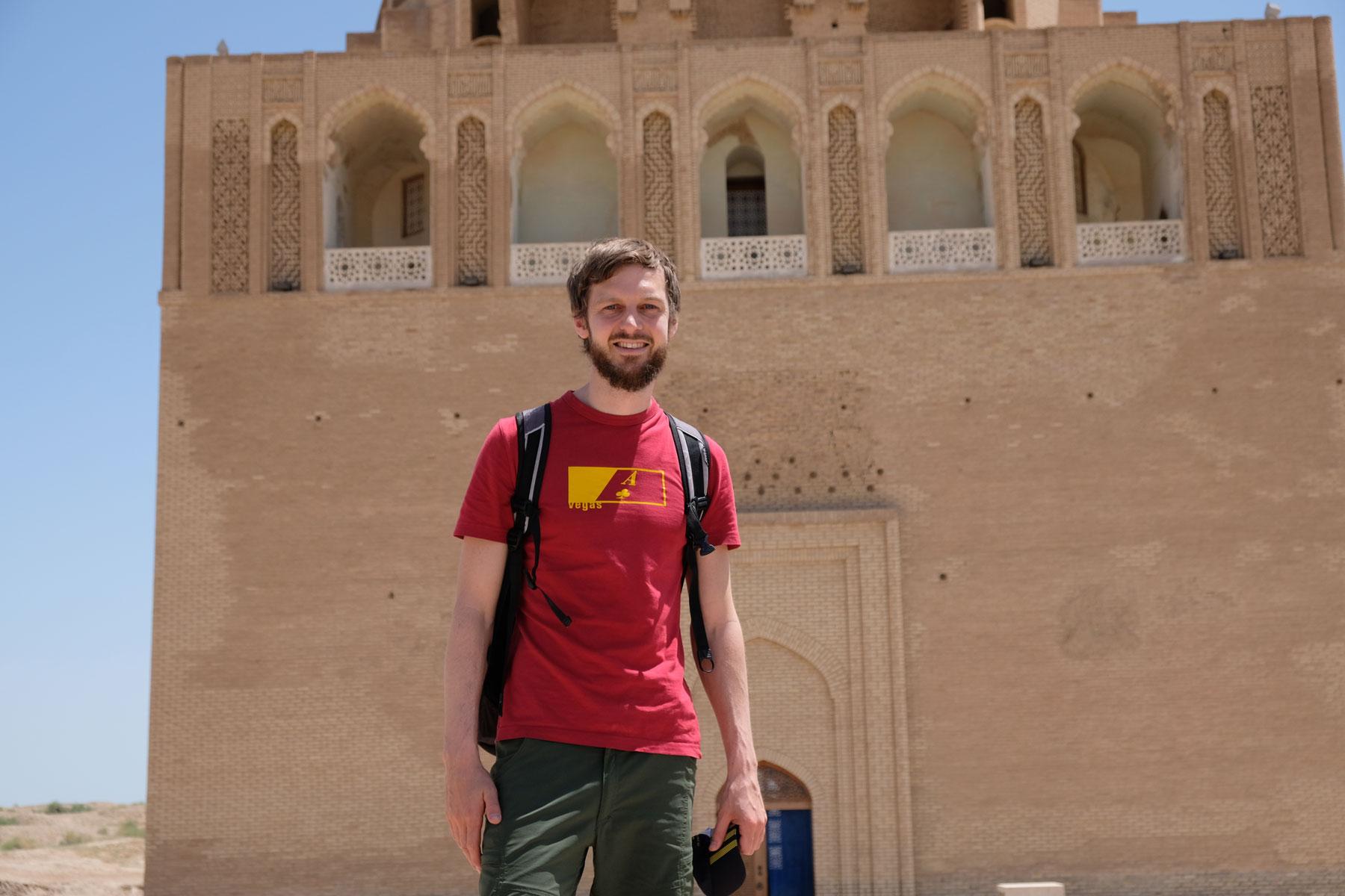 Sebastian vor dem Mausoleum von Sultan Sanjar in Merv