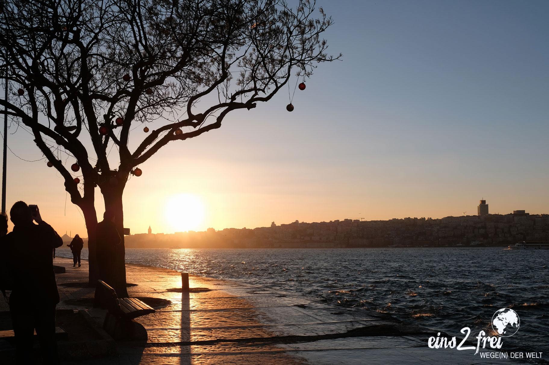 Sonnenuntergang über dem Bosporus in Istanbul