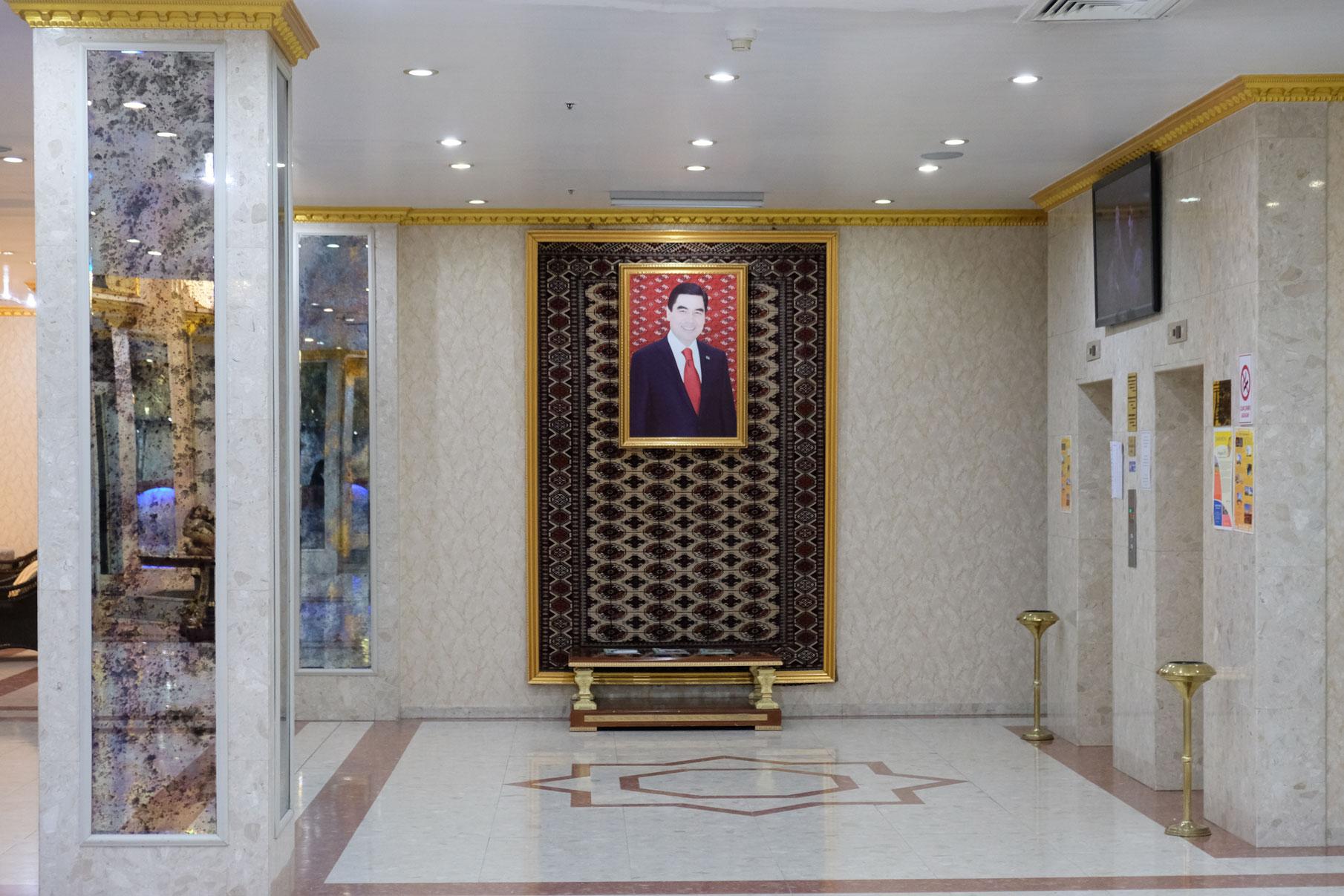 Kleiner Gegensatz... Im neuen Hotel lächelt uns der Präsident wohlwollend von der Lobbywand aus zu.