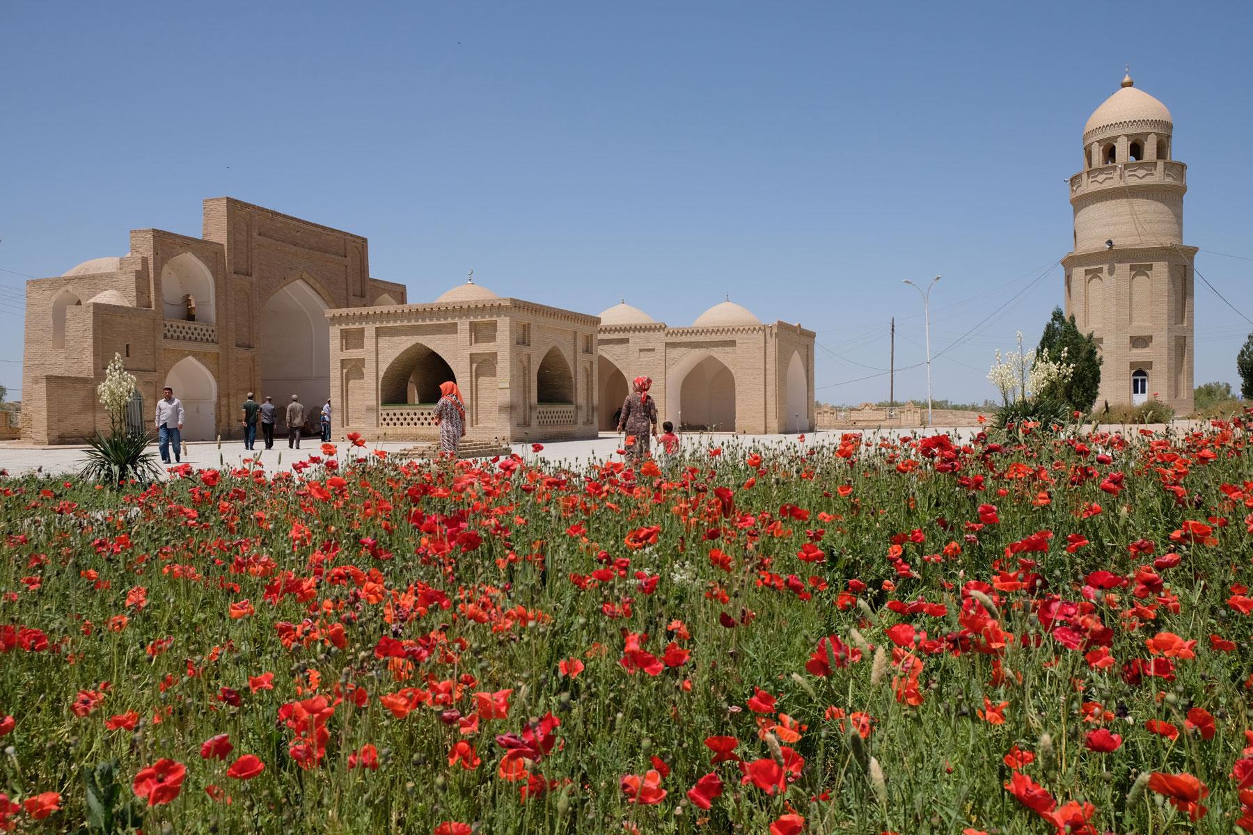 Mausoleum und eine Wiese voll Klatschmohn