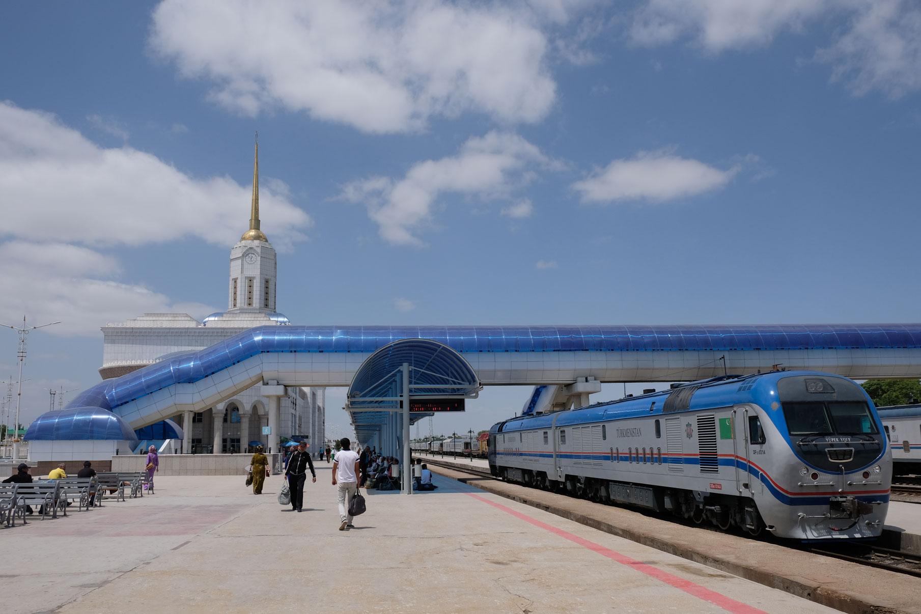 Bahnsteig in Aşgabat