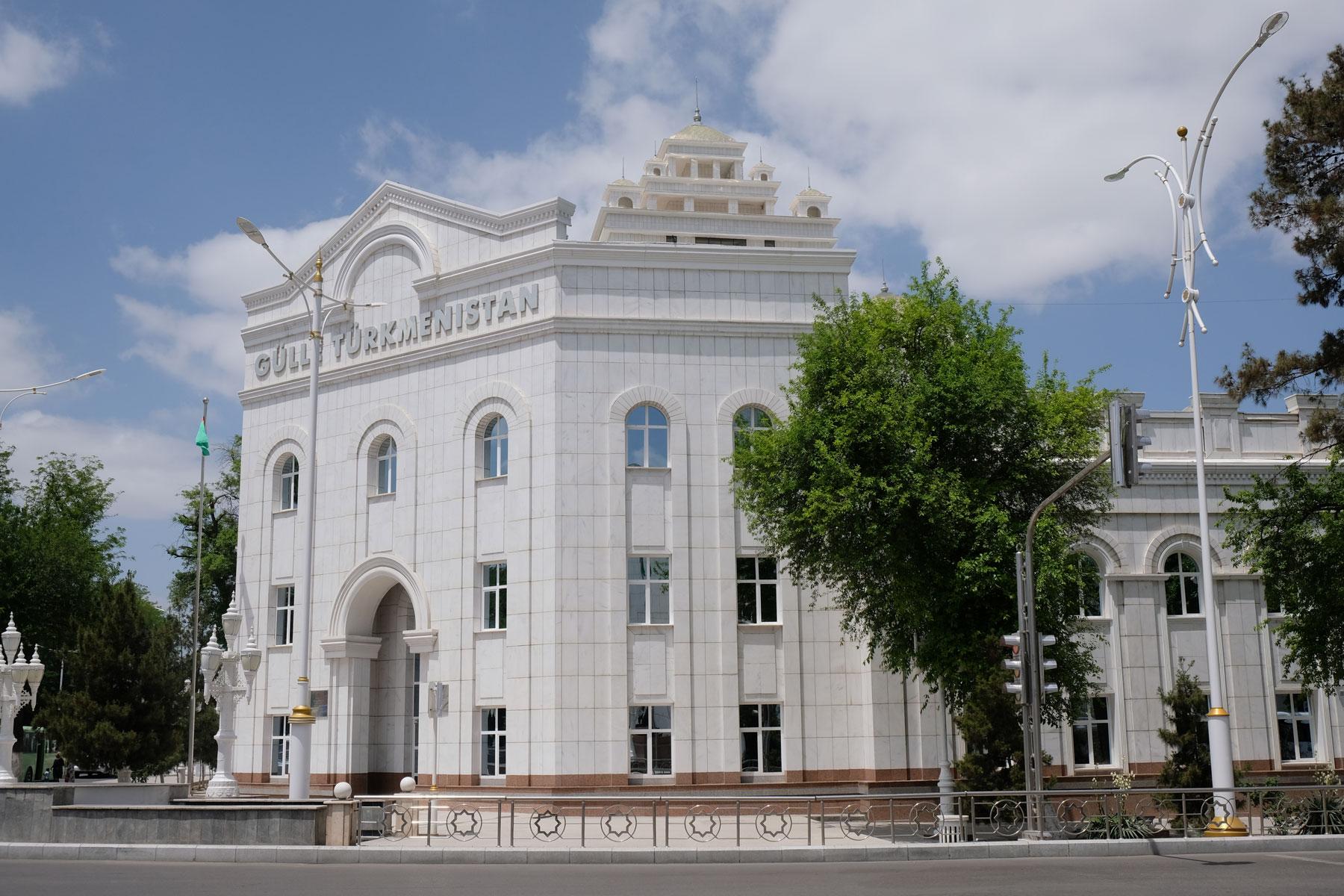 Ashgabat überrascht uns mit pompösen Gebäuden rechts...