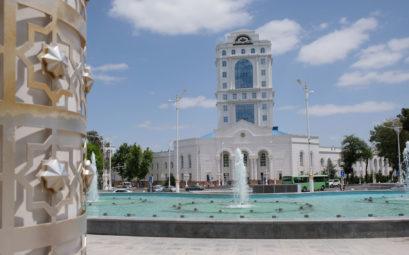 Springbrunnen vor einem Gebäude aus Marmor