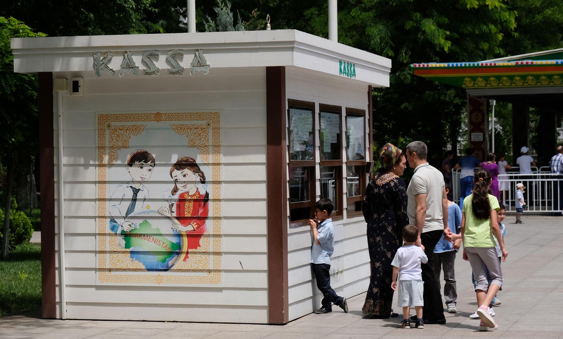 Kassenhäuschen. Man beachte die Darstellung Turkmenistans auf der Häuschenseite.
