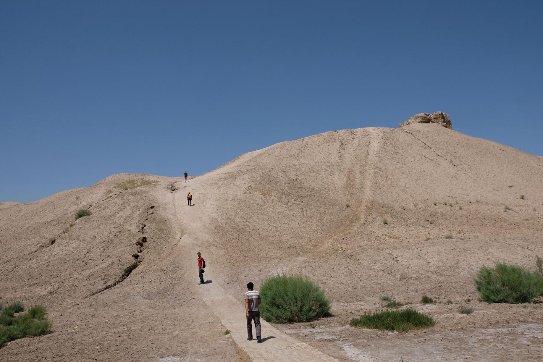 Menschen gehen auf einen Berg