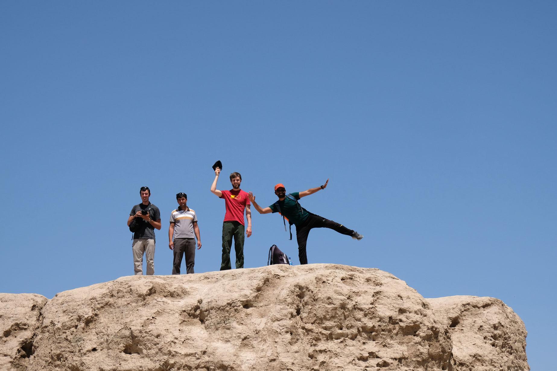Sebastian mit Nicolas, Vigli und Yogesh auf einem Berg