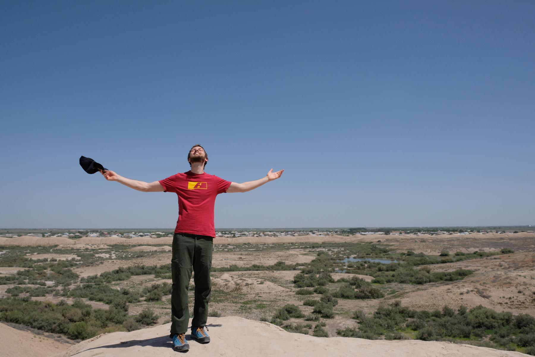 Sebastian vor einer Wüstenlandschaft