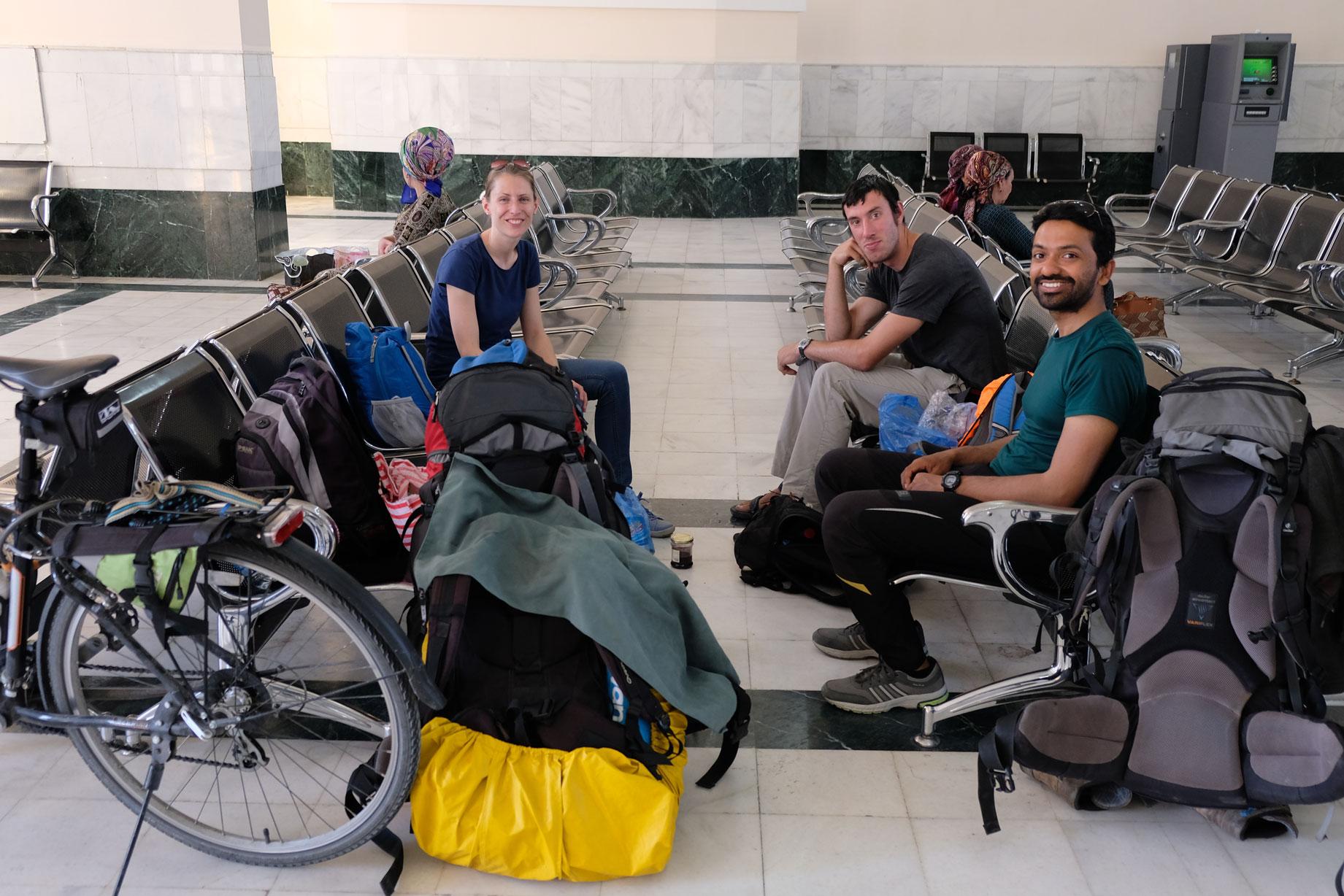 Leo mit Nicolas und Jogesh im Wartesaal des Bahnhofs in Mary, Turkmenistan