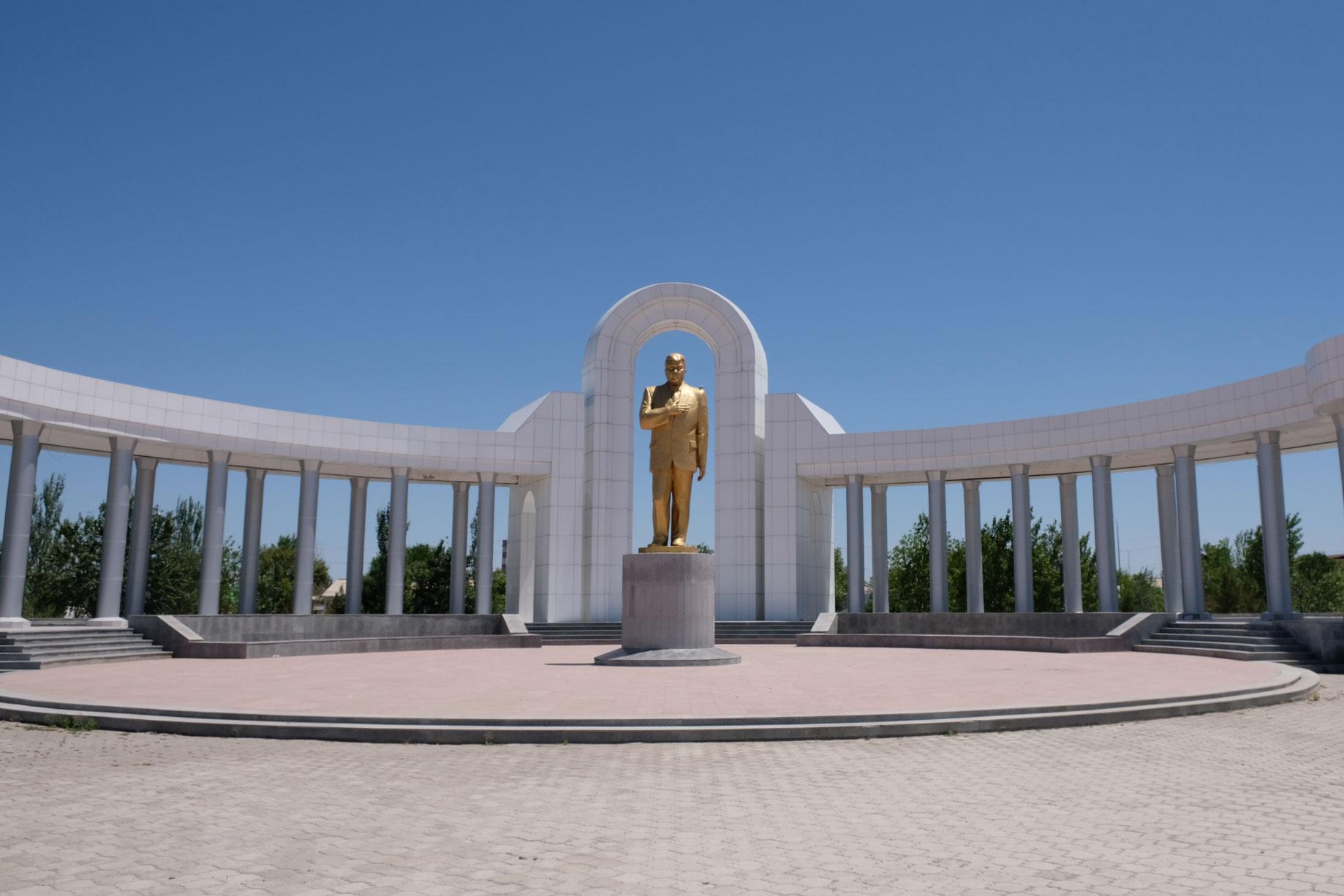 Goldene Statue vom vom turkmenischen Präsident Gurbanguly Berdimuhamedow