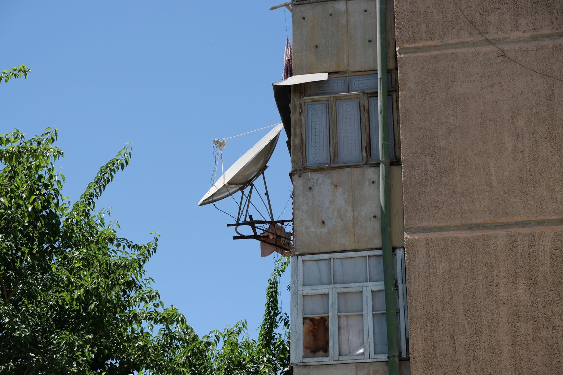 Wohnhaus mit Satellitenschüssel