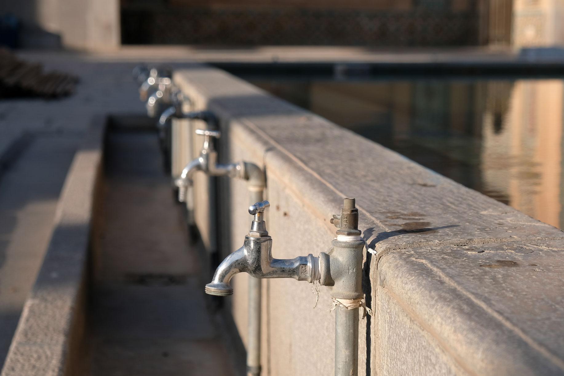 Wasserbecken mit Wasserhähnen