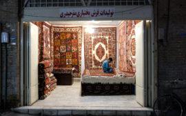 Ein Mann sitzt in einem Teppichgeschäft