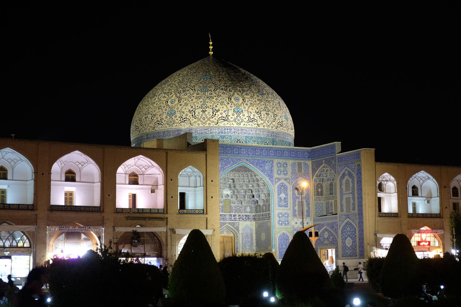 Die Scheich Lotfollah Moschee auf der Ostseite des Platzes