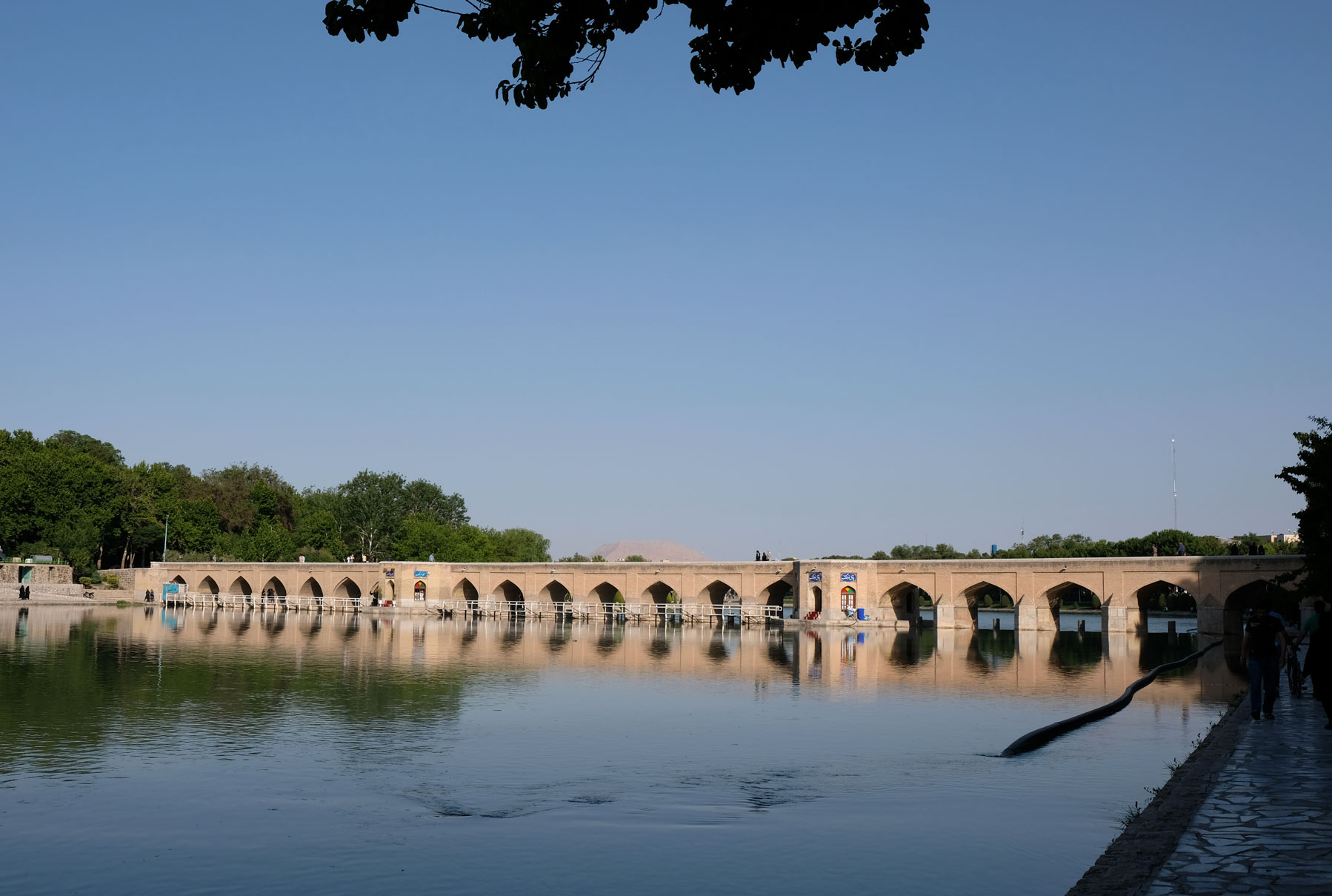 Steinbrücke im Zayandeh-Fluss in Isfahan