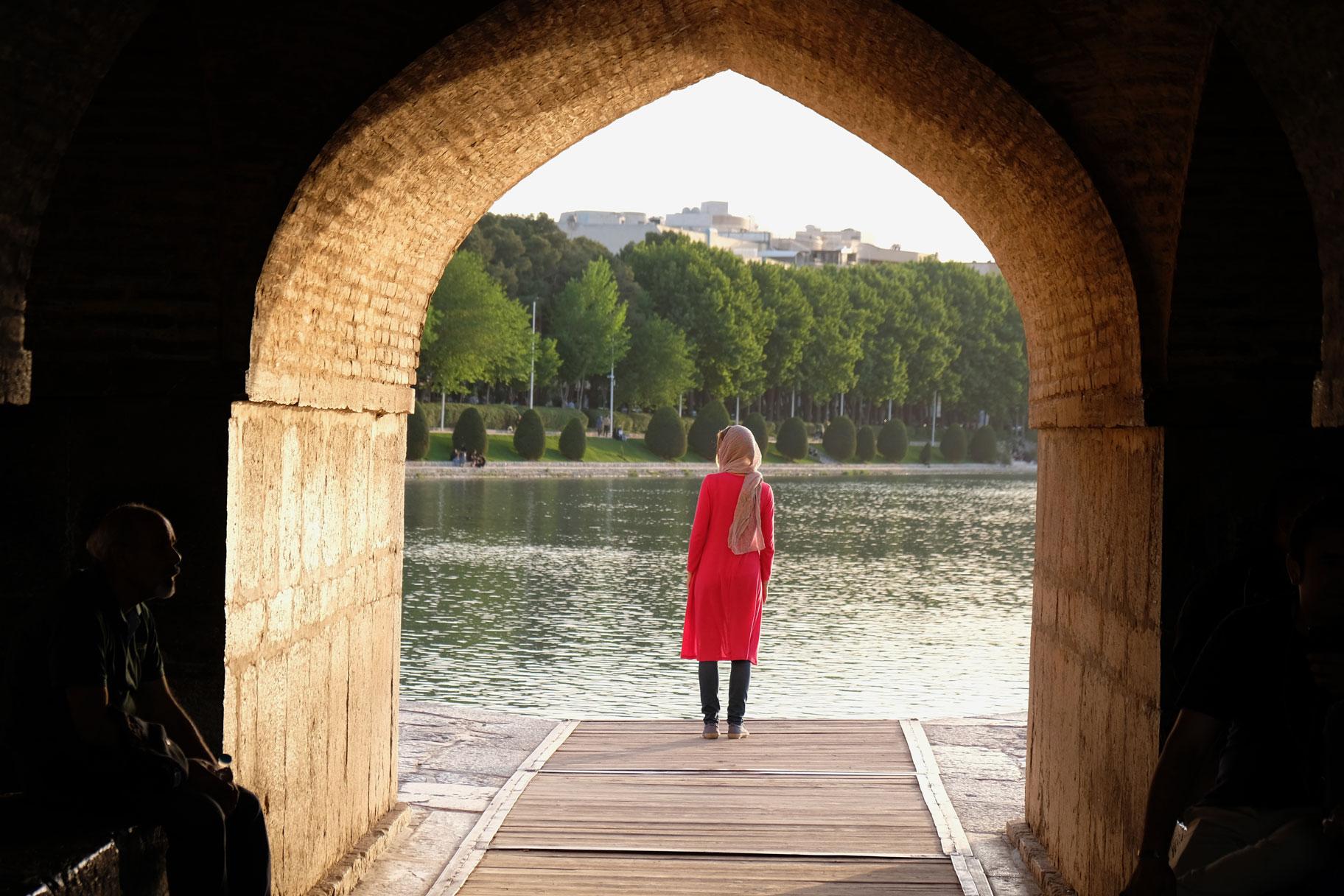 Leo steht in einem Torbogen und schaut auf den Zayandeh-Fluss