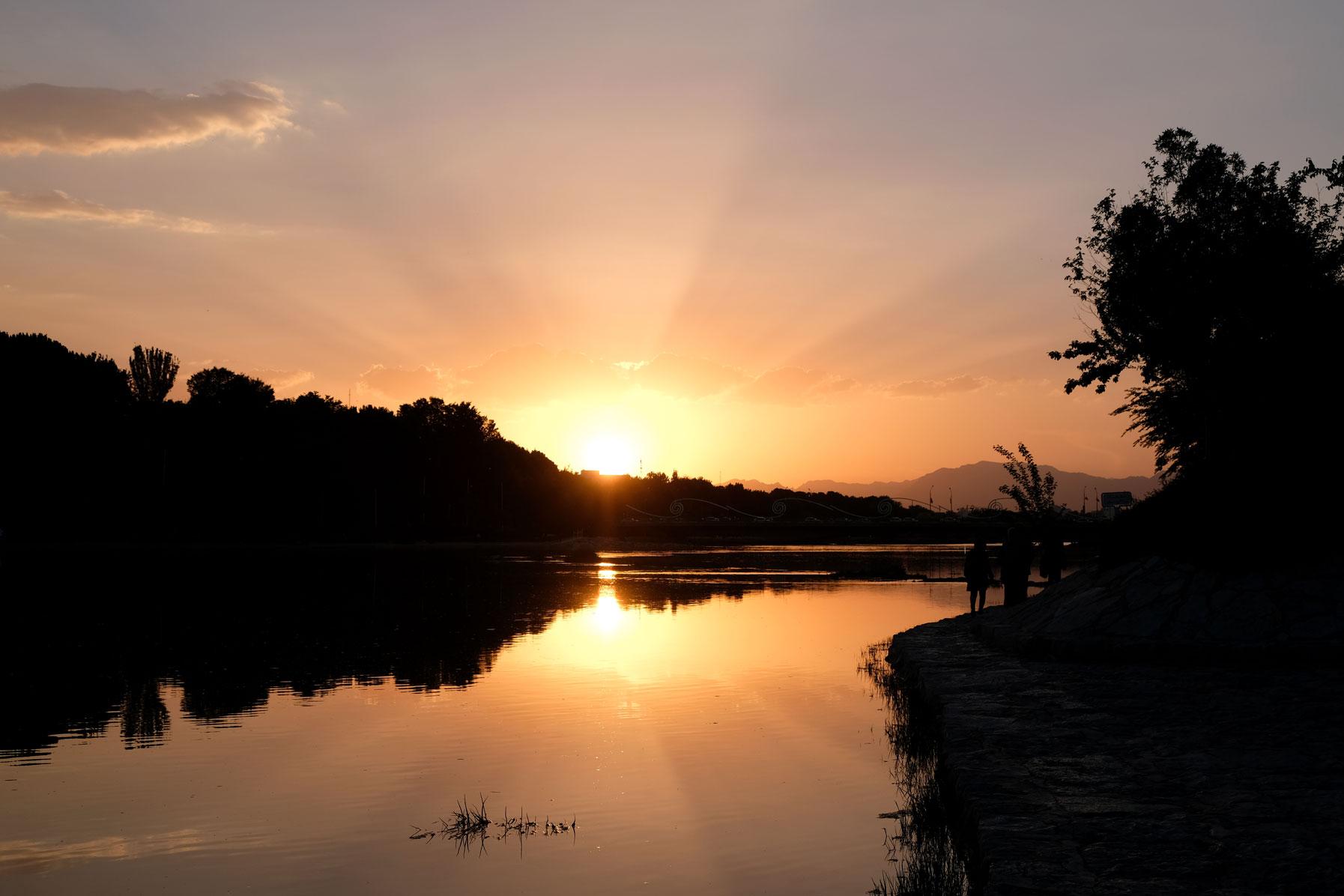 Sonnenuntergang über dem Zayandeh-Fluss