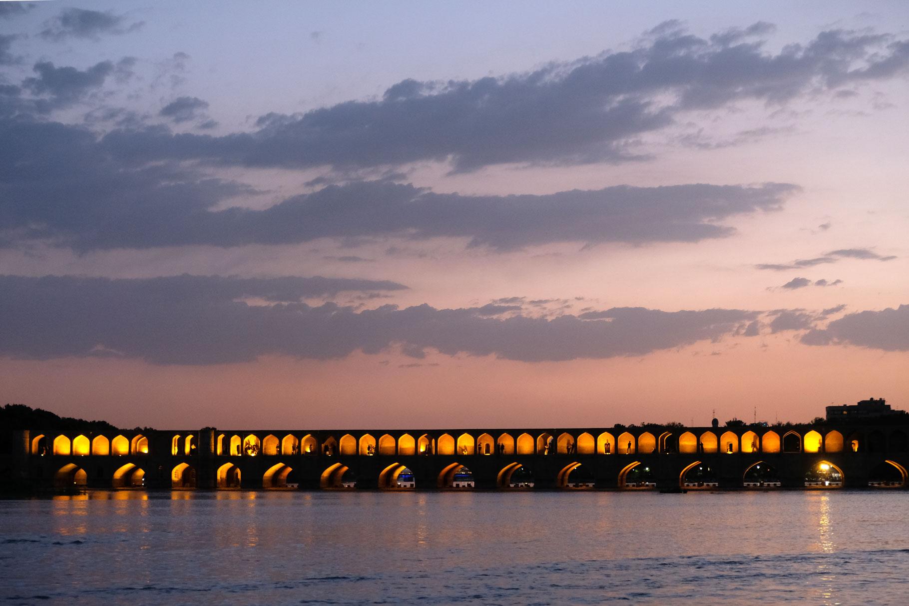 Steinbrücke über den Zayandeh-Fluss