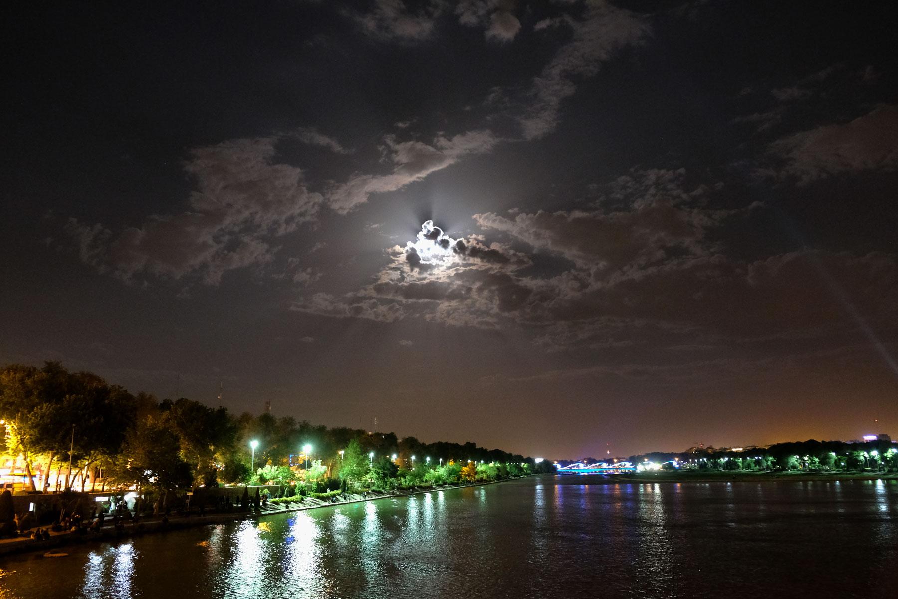 Zayandeh-Fluss bei Nacht