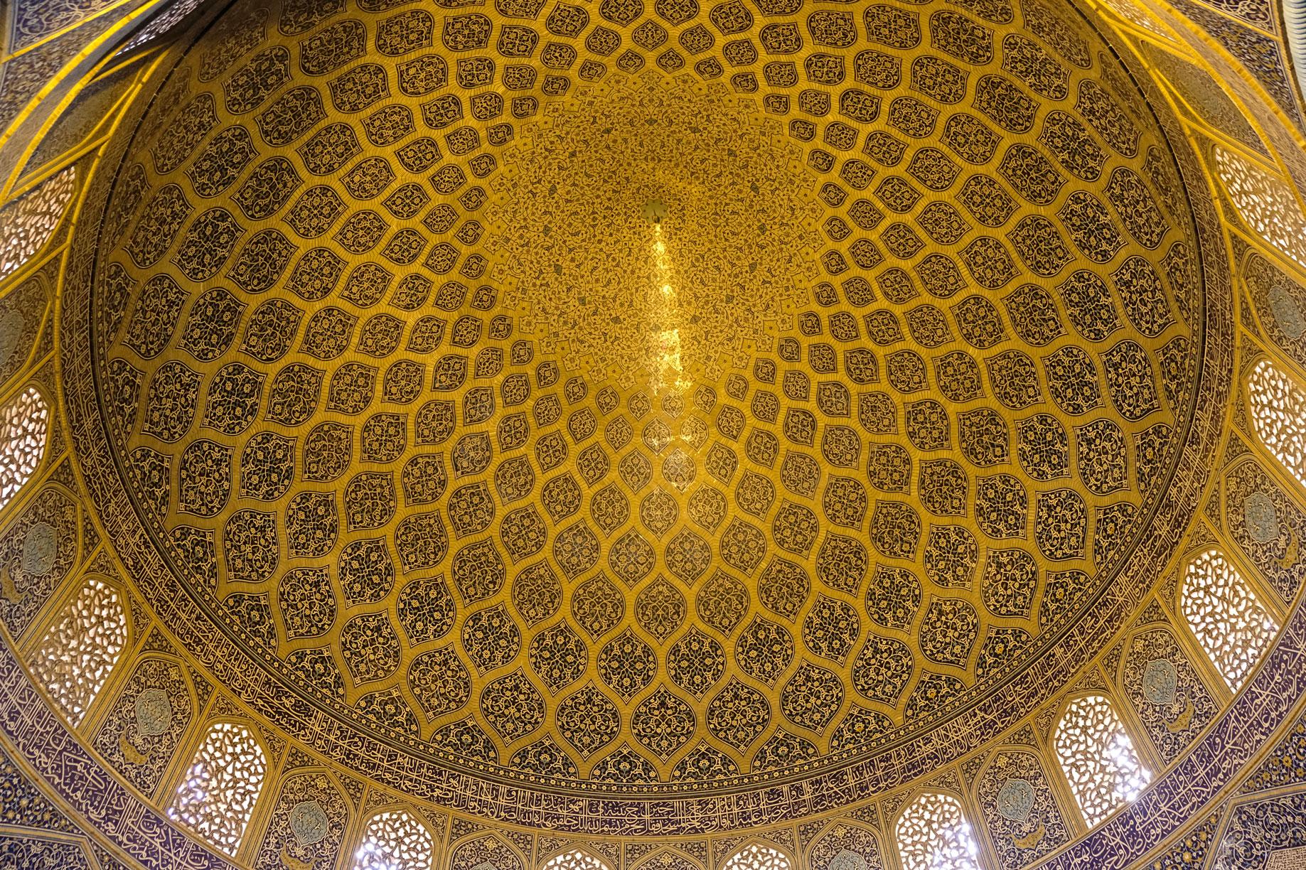 Die Innenseite der verzierten Kuppel der Scheich-Lotfollah-Moschee