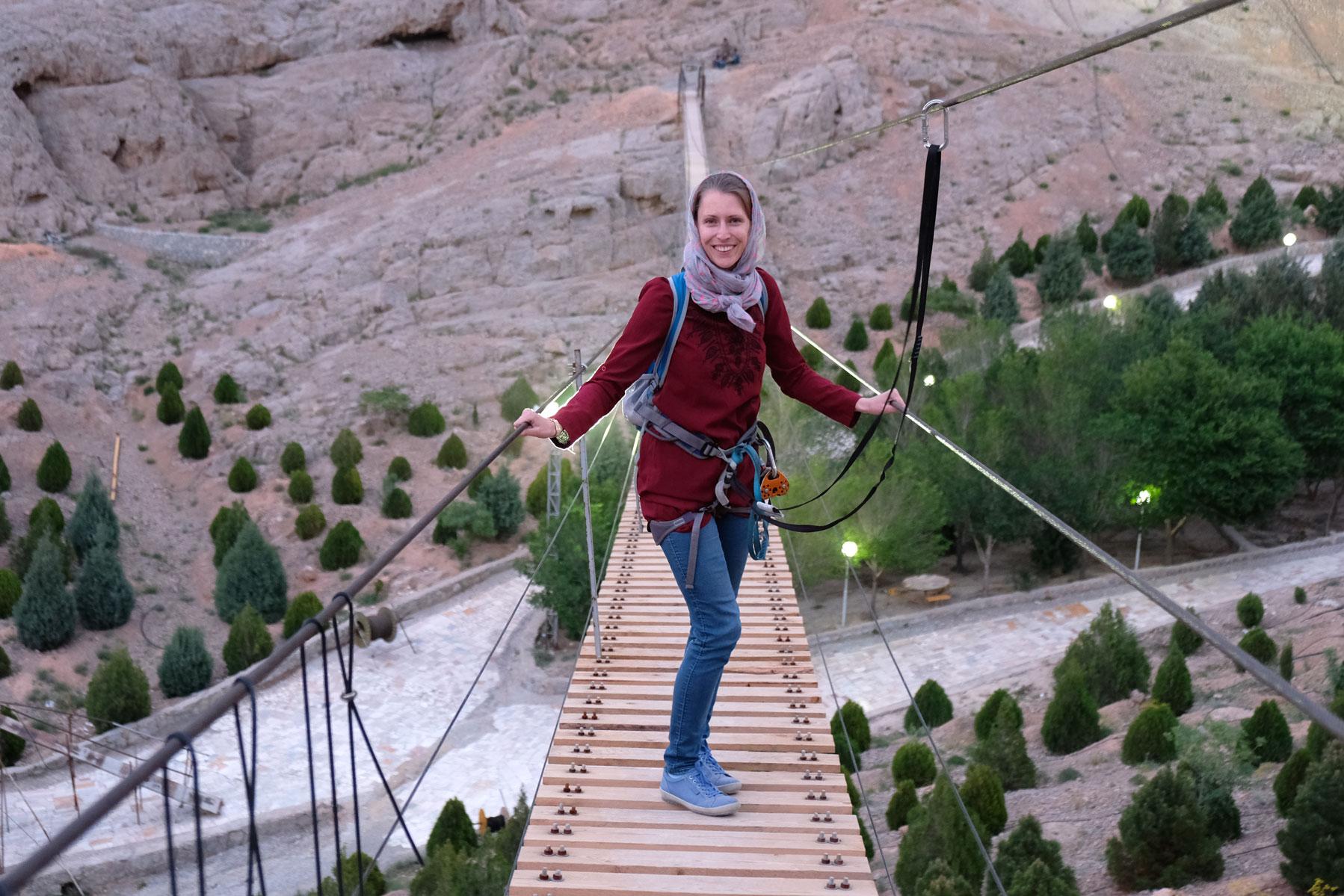 Leo auf einer schmalen Hängebrücke
