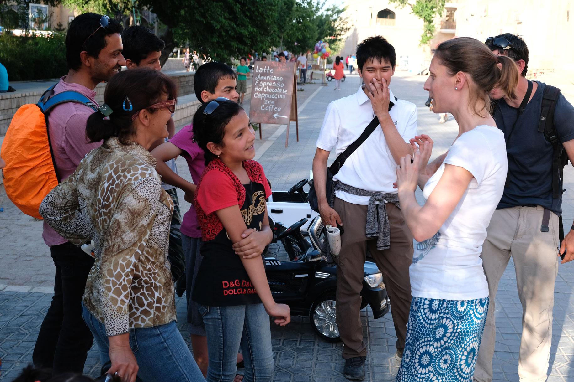 Leo unterhält sich mit Passanten in Buchara