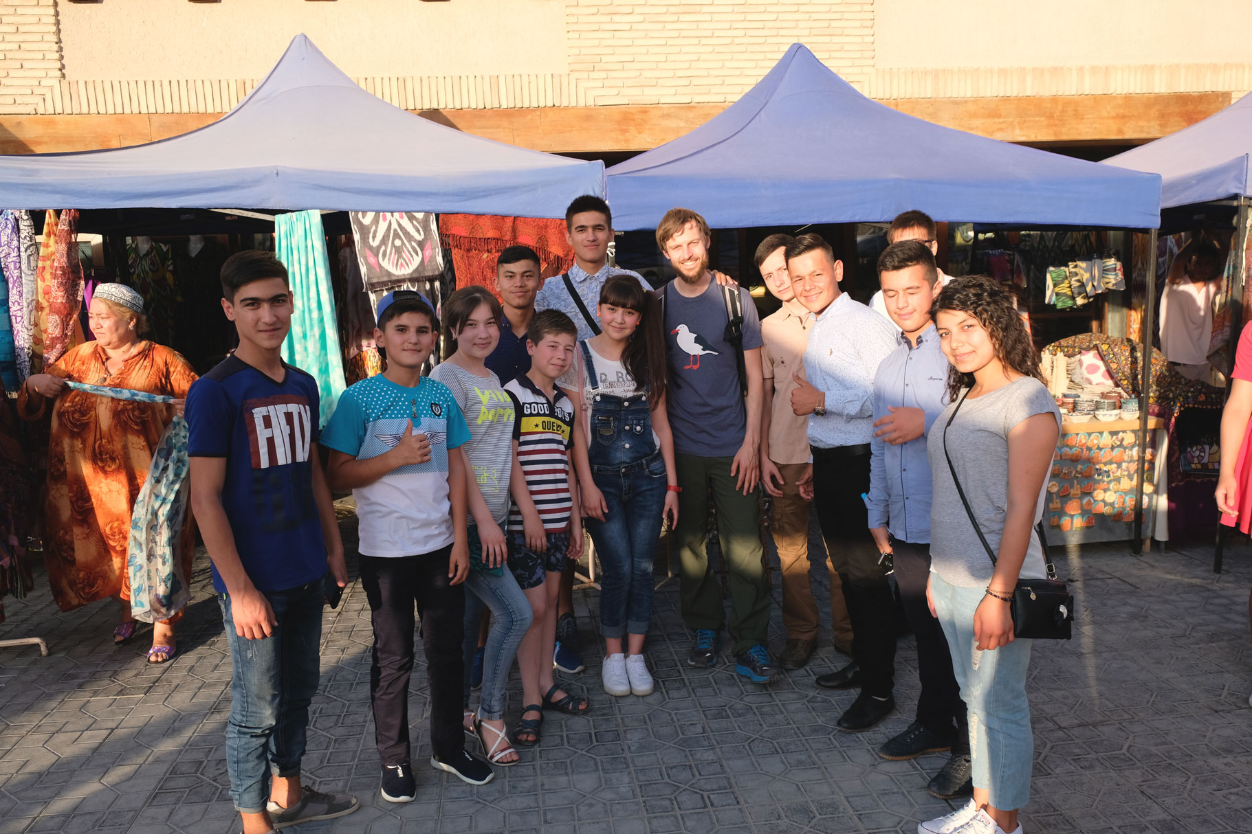 Sebastian mit Jugendlichen in Buchara, Usbekistan