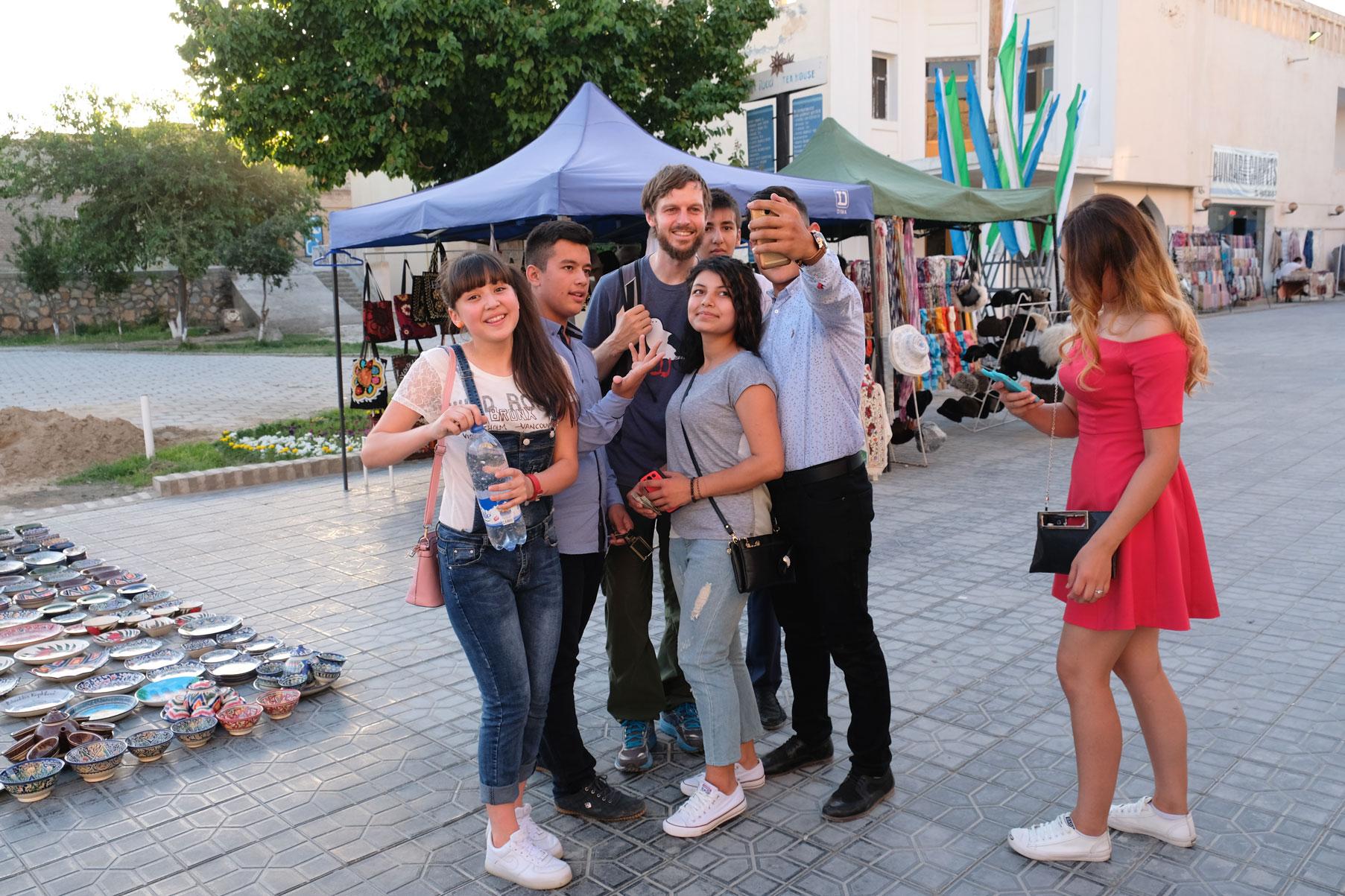 Sebastian macht ein Selfie mit Jugendlichen in Buchara