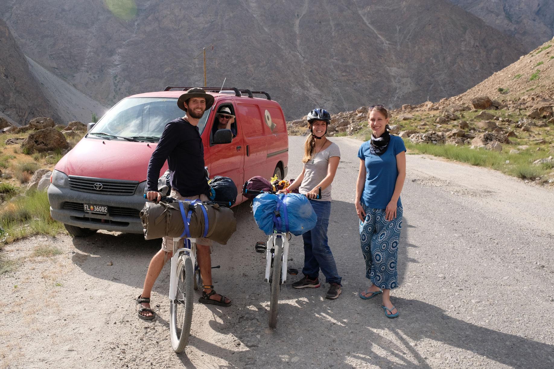 Leo neben Stéphane und Alice, die mit dem Fahrrad unterwegs sind