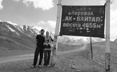 Sebastian und Leo neben einem Schild, dass eine Höhe von 4.655 Metern ausweist