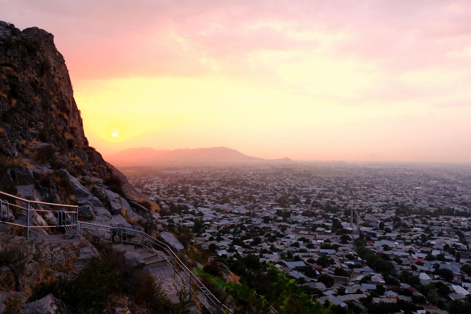 """Sonnenuntergang vom Sulaiman Too aus genossen, dem """"Hausberg"""" Oschs"""