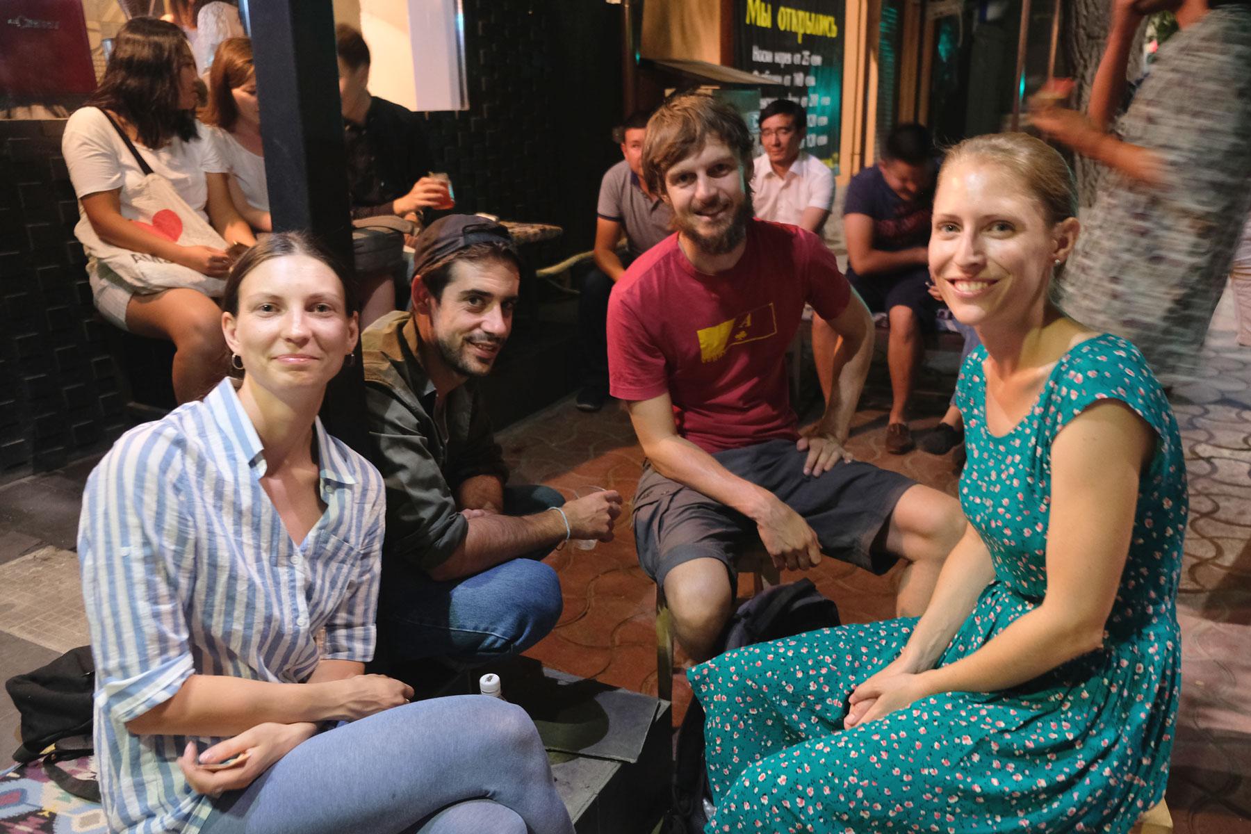 Mit Sasha und einem Freund von ihr lassen wir den Abend in einer gemütlichen, kleinen Bar in Bishkek ausklingen