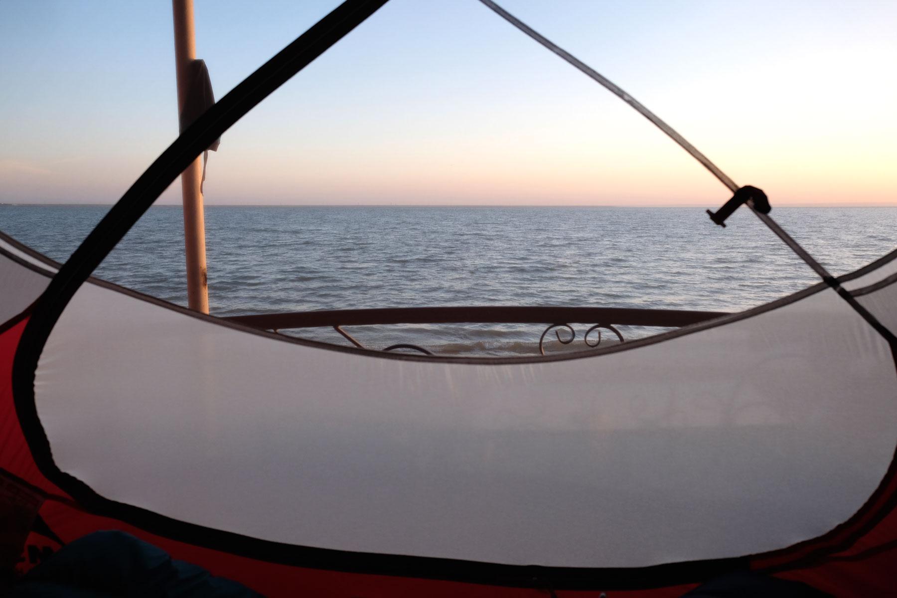 Blick aus einem Zelt auf den Tudakul-See in Usbekistan
