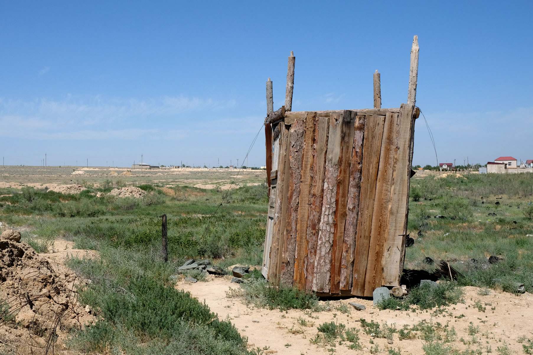 Ein Holzhäuschen in einer Wüstenlandschaft