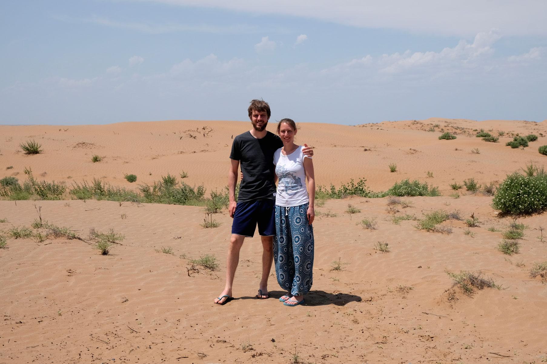 Sebastian und Leo in einer Wüste