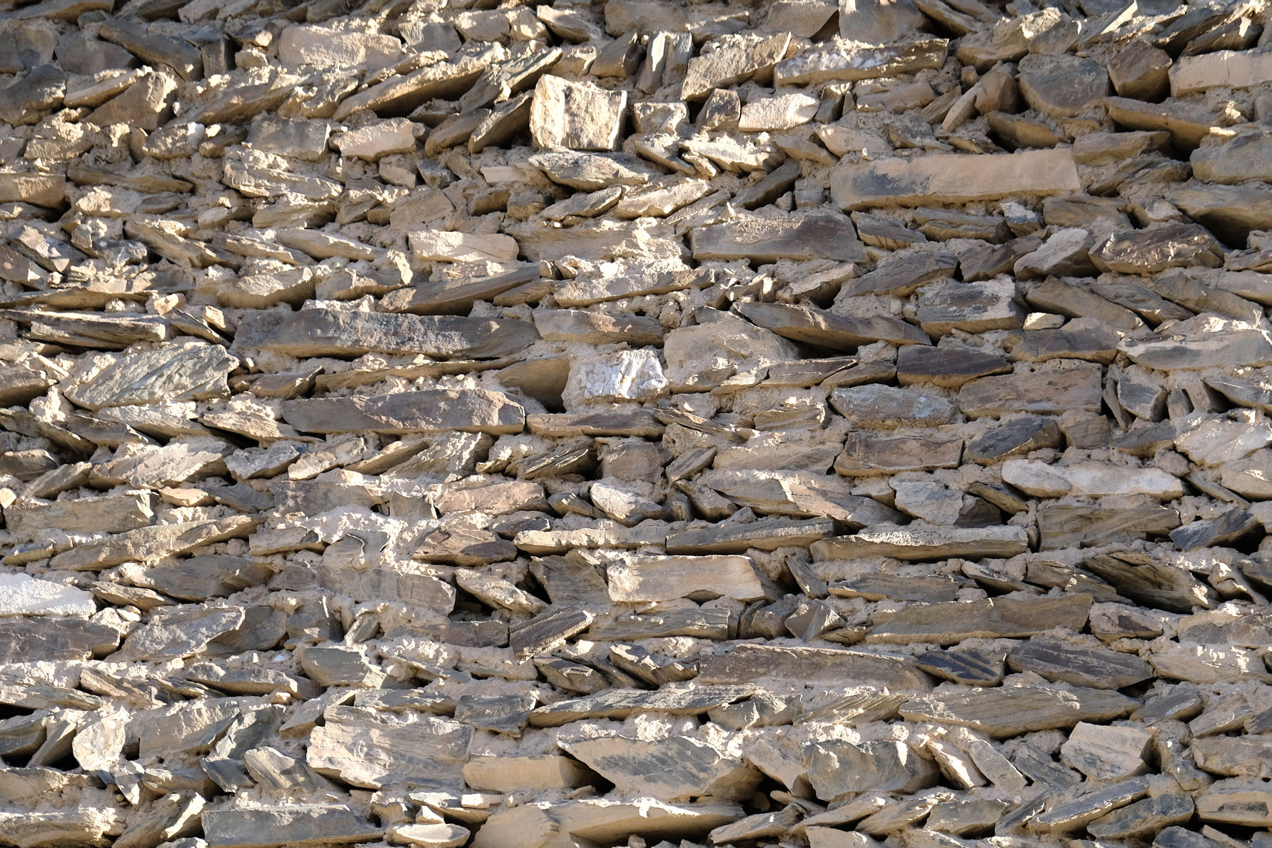 Mauer aus aufgeschichteten Steinen