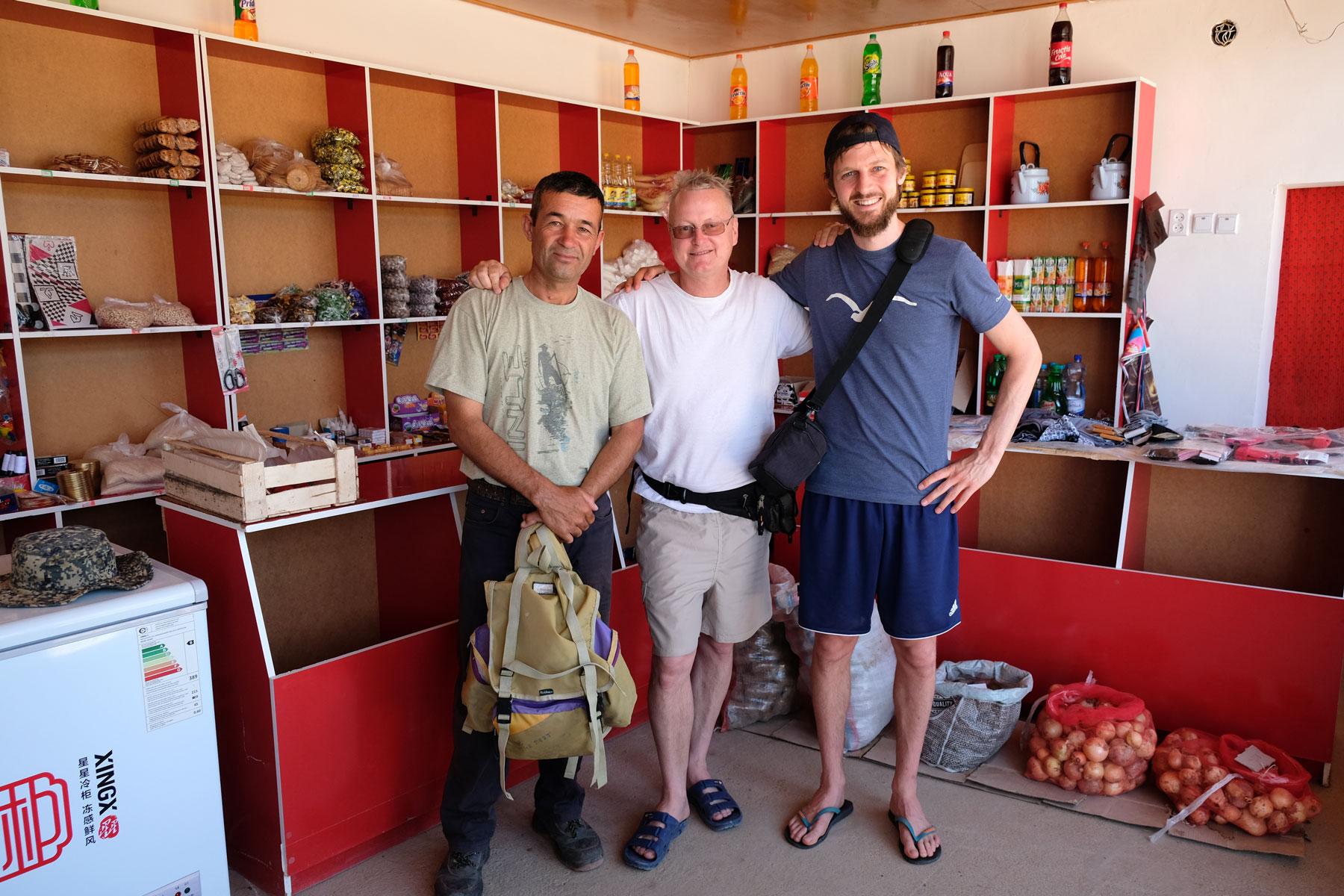 Alibek, Thomas und Sebastian in einem Dorfladen