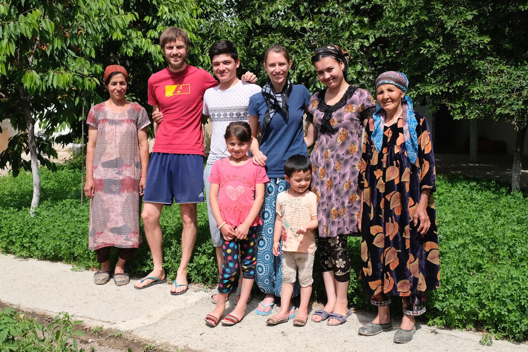 Sebastian und Leo mit einer usbekischen Familie